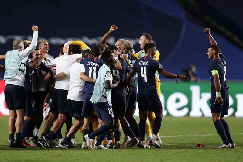PSG players and club staff celebrate at full-time after their comfortable 3-0 win over RB Leipzig