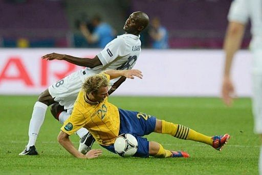 French midfielder Alou Diarra (L) challenges Swedish forward Ola Toivonen