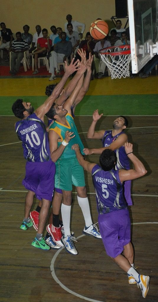ONGC and IOB players battle for a rebound in their semifinal match. Photo Credit: Tournament Organisers