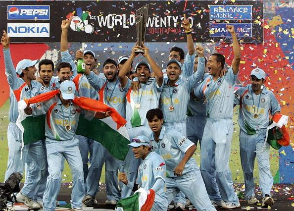 The Indian team raises ICC World Twenty20 trophy after defeating Pakistan in the final at the Wanderers Cricket Stadium in Johannesburg, 24 September 2007. (Getty Images)