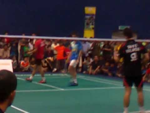 Video: Lee Chong Wei and Taufik Hidayat pair up in a doubles match