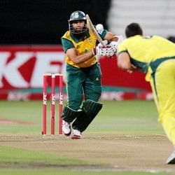 Brad Hodge steers Aussies in thrilling seven-over game against South Africa