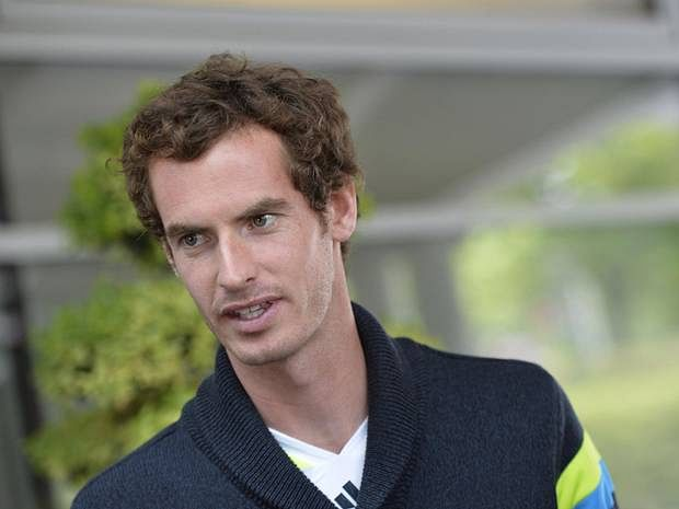 Andy Murray rescues a runaway dog from busy road