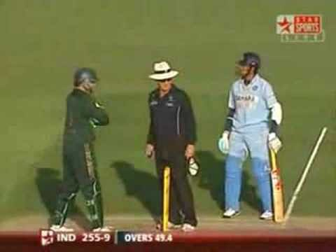 Video: Hilarious! Gilchrist tries everything to get No. 11 Sreesanth out