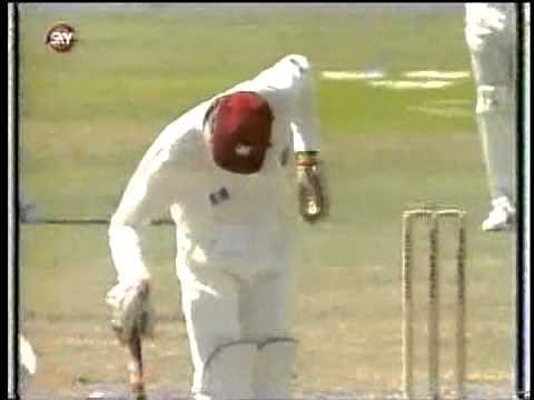 Video: Courtney Walsh's funny gestures while batting