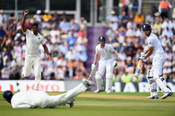 Sunil Gavaskar questions MS Dhoni's slip-strategy
