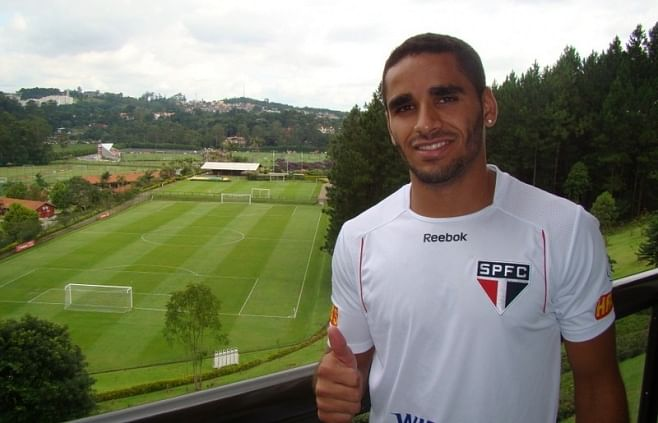 Brazilian right-back Douglas to come to Barcelona