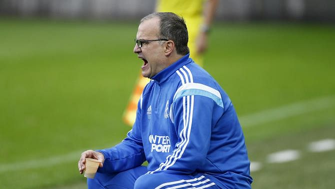 Video: Marcelo Bielsa sits on a hot cup of coffee during Marseille vs Toulouse