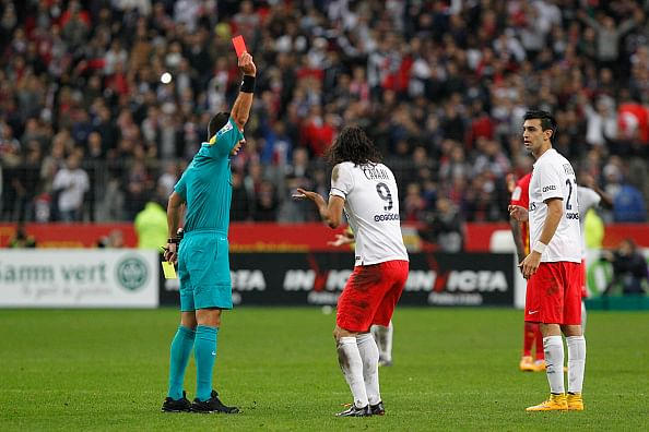 Video: Edinson Cavani gets a yellow and a straight red card within 10 seconds