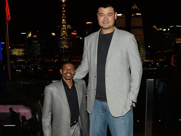 12 pictures where Yao Ming made other athletes look like dwarfs