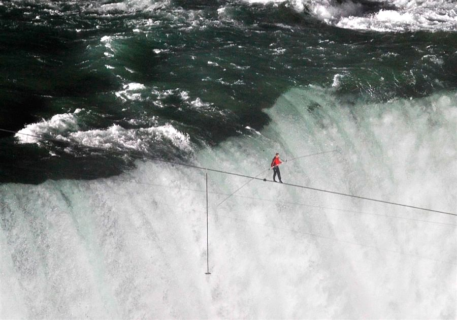 Video: Insane tight rope stunts by Nik Wallenda