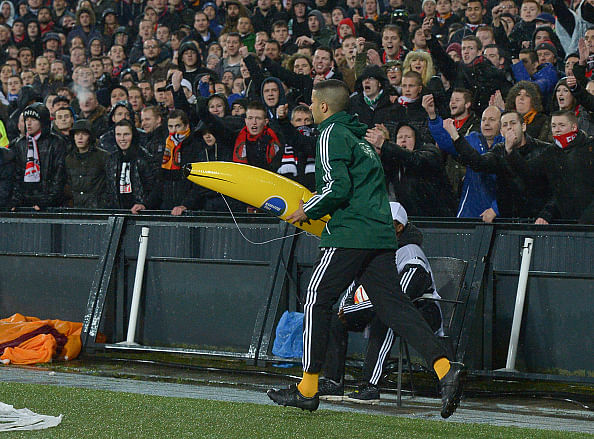 Roma oust Feyenoord as Dutch fans misbehave and throw banana at Gervinho
