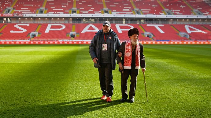 Spartak Moscow helps 102-year-old fan who lost his life savings in a robbery