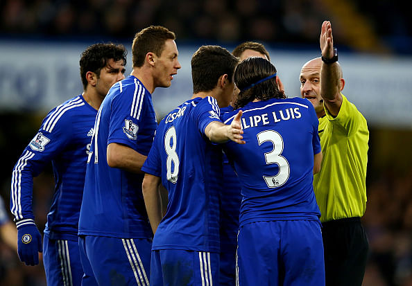 English FA may introduce stricter punishments if teams surround referees