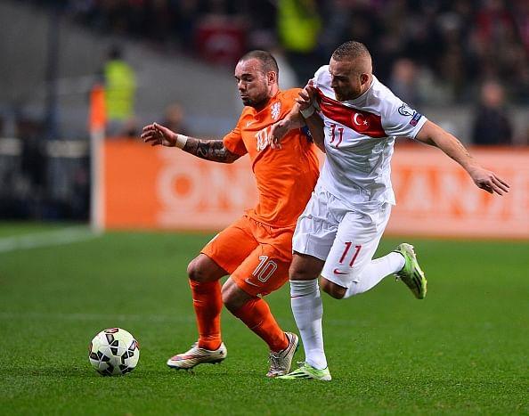 Klaas Jan Huntelaar's header earns Netherlands late point against Turkey
