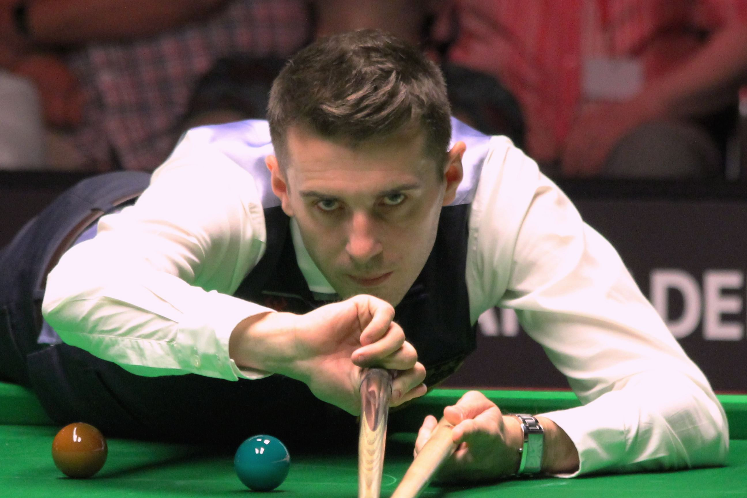 Pain-plagued Mark Selby reaches China Open snooker quarters