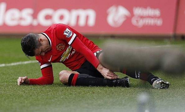 Manchester United offer Robin van Persie £5million to leave club