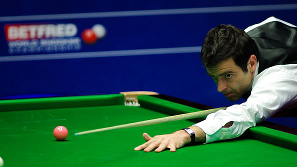 Ronnie O'Sullivan reaches the last eight of the World Snooker Championships
