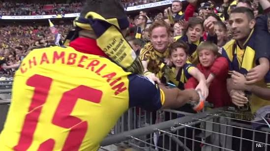 Video: Alex Oxlade-Chamberlain makes a wonderful gesture for a lucky Arsenal fan