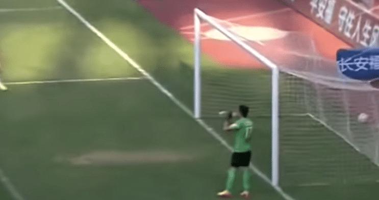Video: Goalkeeper takes water break as opposition score from set-piece