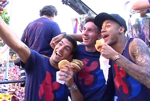 Neymar hungry for burgers in trophy parade, shares them with Messi and Suarez