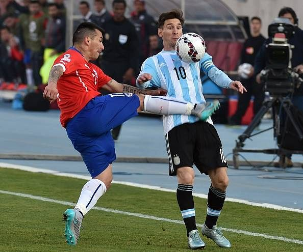 Video: Gary Medel kicks Lionel Messi in the stomach during Copa America final