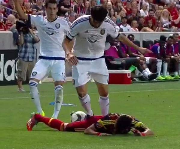 Video: Kaka receives first straight red card of career for stomping on opponent