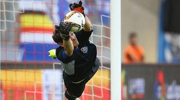 Video: Iker Casillas pulls off incredible penalty save in shootout win against Valencia