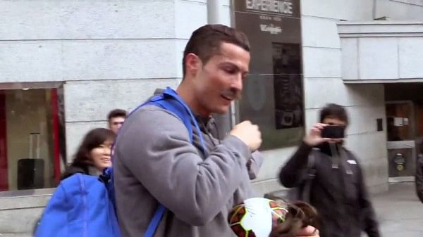Video: A disguised Cristiano Ronaldo surprises child on street
