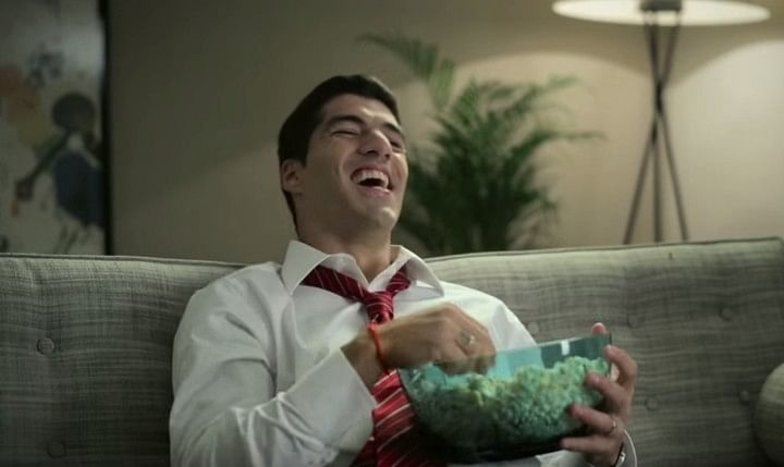 Video: Office guy Luis Suarez stars in new Abitab commercial