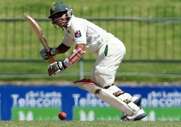 Video: Pakistan's Adnan Akmal falls to rare form of dismissal - 'obstructing the field'
