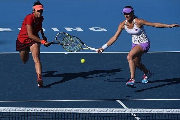 Sania Mirza and Martina Hingis through to the semifinals of the China Open