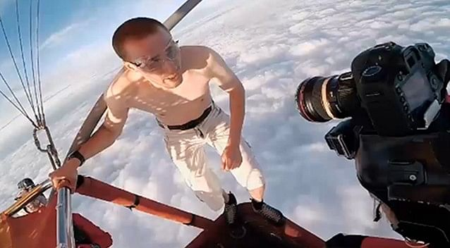 Video: Skydiver jumps off a hot air balloon without a parachute