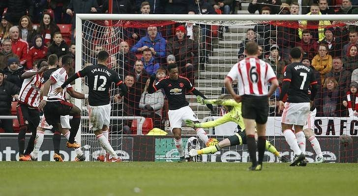 Football Soccer - Sunderland v Manchester United - Barclays Premier League - Stadium of Light - 13/2/16 Lamine Kone scores the second goal for Sunderland as Manchester United's David de Gea attempts save Action Images via Reuters / Lee Smith Livepic