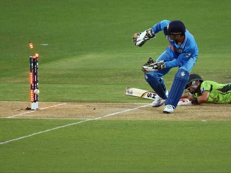Explaining MS Dhoni's wicket-keeping: The unorthodox fox ... Ms Dhoni Wicket Keeping Diving
