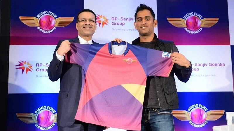 Team owner Sanjiv Goenka and captain MS Dhoni with the Rising Pune Supergiants jersey