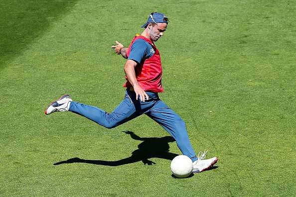 Ab De Villiers and rest of the RCB squad play a game of 'keepy uppy'