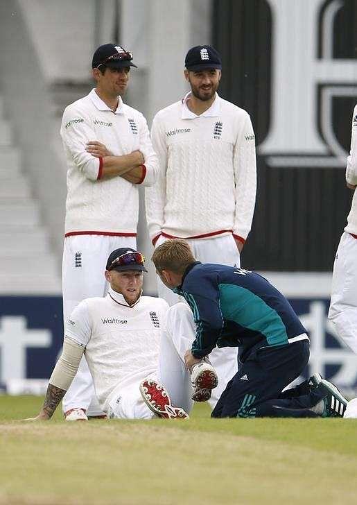 England's Stokes undergoes knee operation