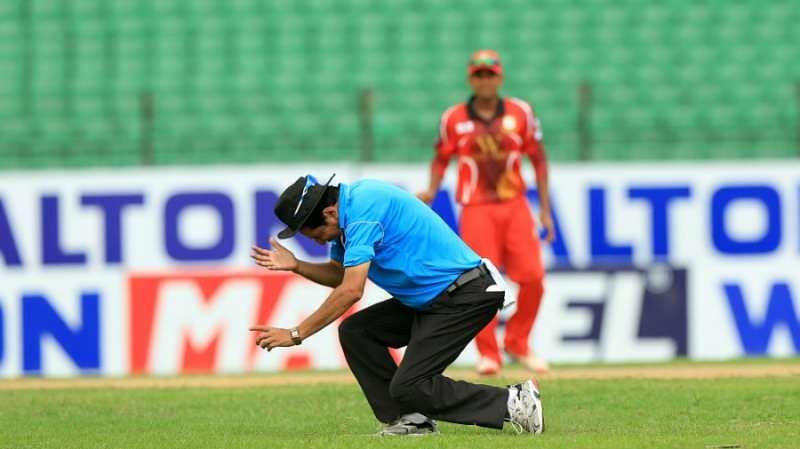 Umpire Nadir Shah struck on the head during Dhaka Premier League match