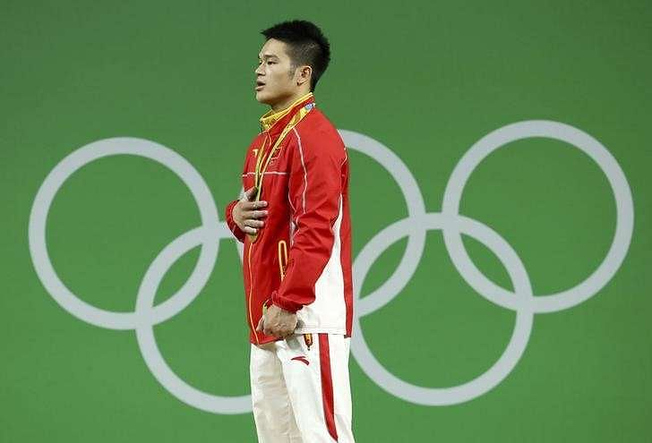 China's Xiang recovers from bang to head to win lifting gold