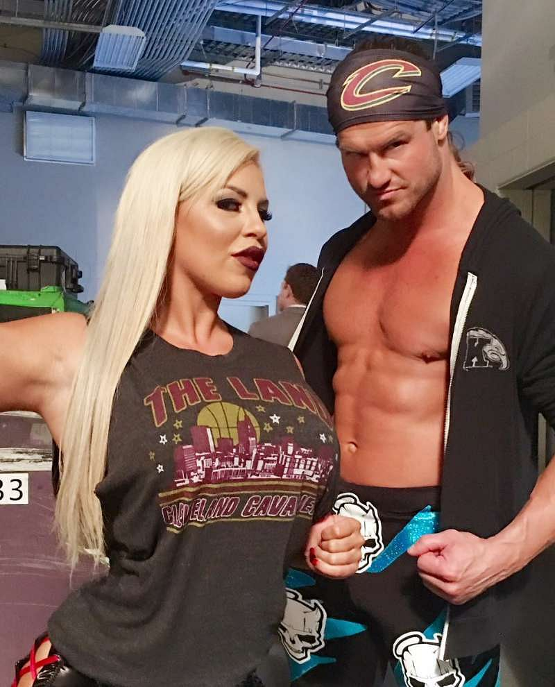 whos dating who in wwe I know that before emma came to wwe that she was dating a canadian wrestler but someone posted a picture of her a few weeks ago of her at a bodybuilding show with her boyfriend that wasn't her boyfriend, it was a group of nxt talents attending a fitness convention.