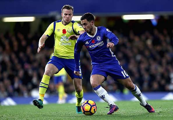 LONDON, ENGLAND - NOVEMBER 05: Tom Cleverley of Everton (L) puts pressure on Eden Hazard of Chelsea (R) during the Premier League match between Chelsea and Everton at Stamford Bridge on November 5, 2016 in London, England.  (Photo by Julian Finney/Getty Images)